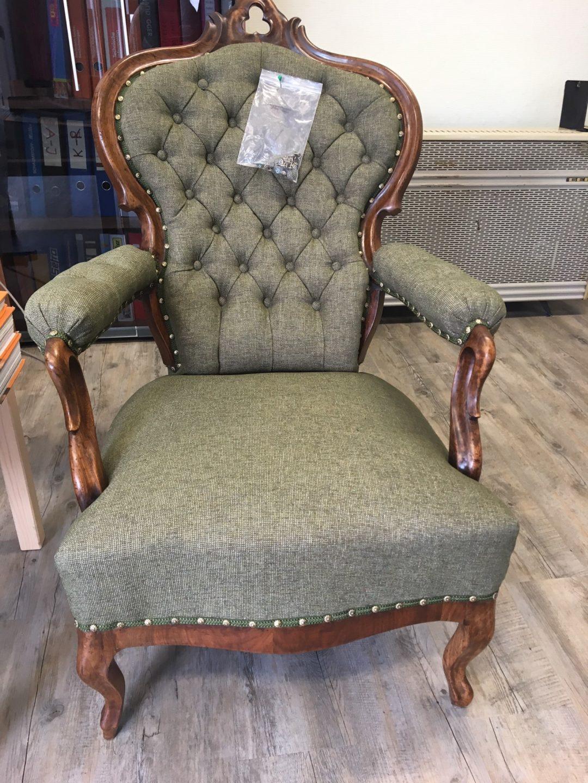 Repräsentativer Sessel im Antiklook mit Zierknöpfen