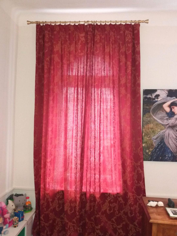 Vorhangstange und stilvoller Vorhang