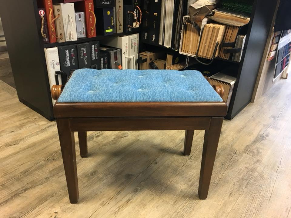 klassischer Klavierstuhl mit blauem Veloursstoff und Druckknöpfen